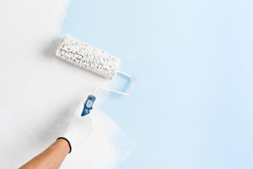 Kalkmaling på væggen over blå maling